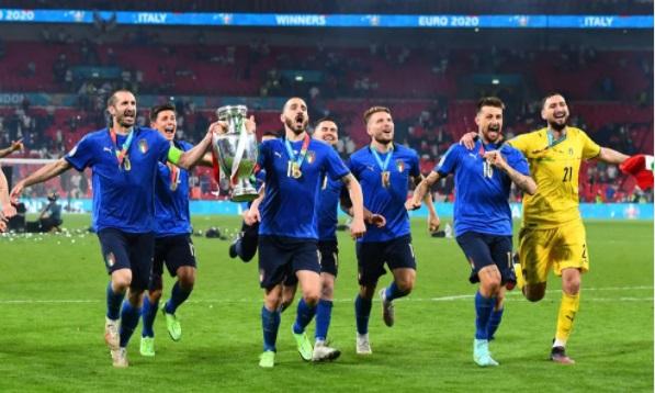 https: img.okezone.com content 2021 07 12 51 2439245 kalahkan-inggris-lewat-adu-penalti-di-final-piala-eropa-2020-italia-menang-beruntung-SeyglR5Lp5.jpg