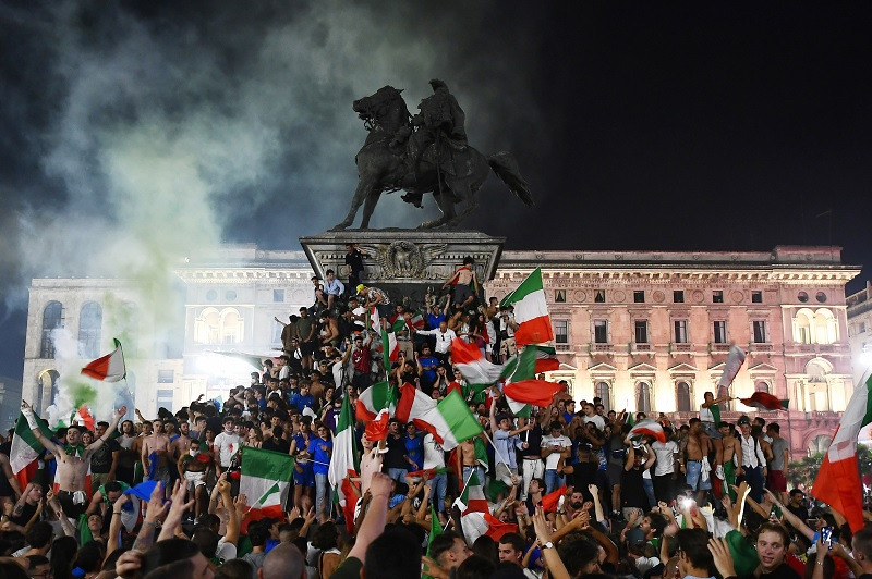 https: img.okezone.com content 2021 07 12 51 2439554 italia-juara-piala-eropa-2020-intip-euforia-perayaan-yang-terjadi-di-seluruh-penjuru-negeri-piza-gUgeoEKh3L.jpg