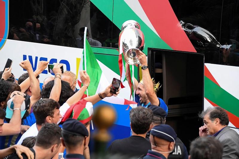 https: img.okezone.com content 2021 07 12 51 2439619 timnas-italia-tiba-di-roma-fans-berkumpul-beri-sambutan-di-depan-hotel-sWax2tle9v.jpg