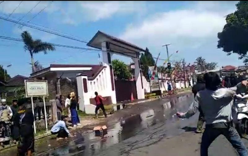 https: img.okezone.com content 2021 07 12 525 2439481 demo-ricuh-di-tasikmalaya-3-mobil-polisi-dirusak-dan-kantor-kejari-dilempari-batu-onoIvwhUWE.JPG