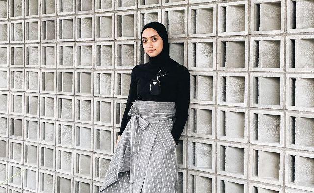 https: img.okezone.com content 2021 07 12 617 2439139 5-gaya-kece-hijab-minimalis-ala-ayudia-chaerani-bing-slamet-bu8YusmfTZ.jpg