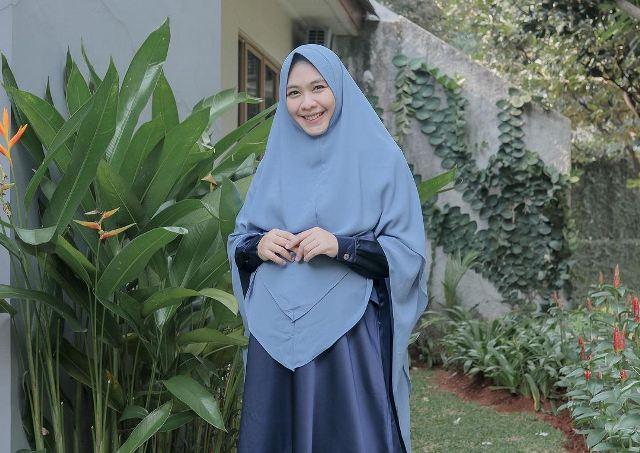 https: img.okezone.com content 2021 07 12 617 2439546 4-inspirasi-gaya-hijab-syari-oki-setiana-dewi-cantik-dan-colorfull-2hgbo3GwlT.jpg