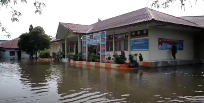https: img.okezone.com content 2021 07 12 65 2439497 gegara-sekolah-banjir-hingga-1-meter-belajar-tatap-muka-ditunda-1SKuhQJcr8.png