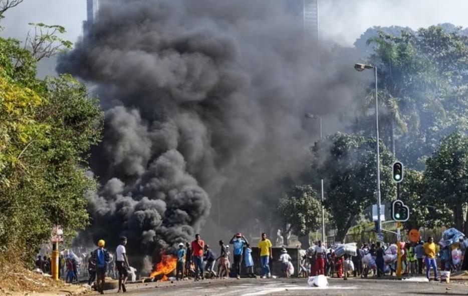 https: img.okezone.com content 2021 07 13 16 2439775 pabrik-lg-di-afrika-selatan-dibakar-dan-dijarah-perusuh-tpXH2Ou7VD.jpeg