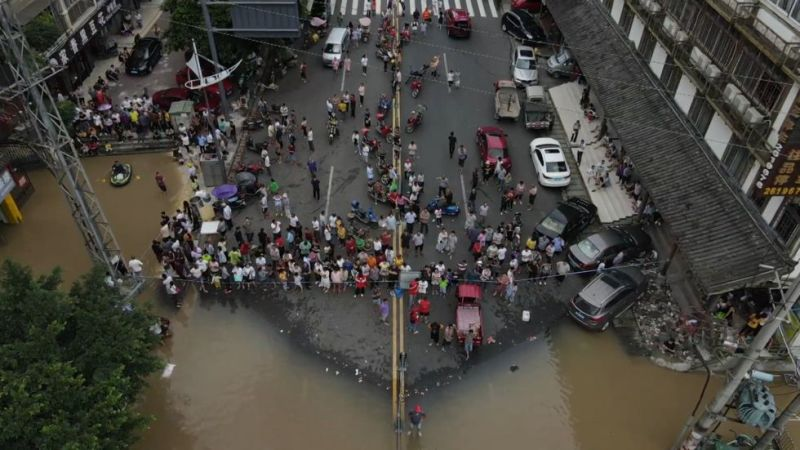 https: img.okezone.com content 2021 07 13 18 2439816 terancam-banjir-usai-diguyur-hujan-deras-perusahaan-terapkan-wfh-gqehYg4kDW.jpg