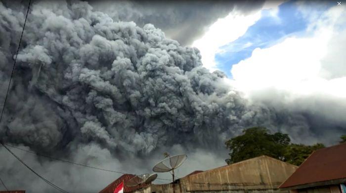 https: img.okezone.com content 2021 07 13 340 2439822 gunung-sinabung-2-kali-erupsi-ketinggian-kolam-abu-capai-300-500-meter-uID18xwva4.jpg