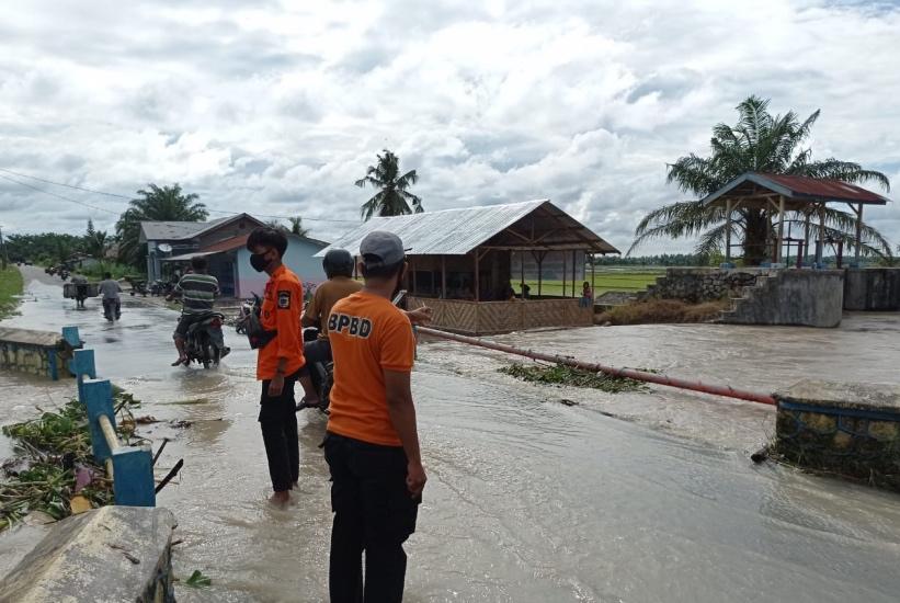 https: img.okezone.com content 2021 07 13 608 2439934 13-desa-di-batu-bara-terdampak-banjir-1-451-rumah-terendam-IeRrWoCuV8.jpg