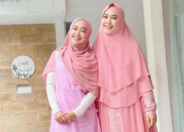 https: img.okezone.com content 2021 07 13 617 2439851 adu-gaya-hijab-ria-ricis-vs-oki-setiana-dewi-mana-favoritmu-OTptPRrDqt.jpg