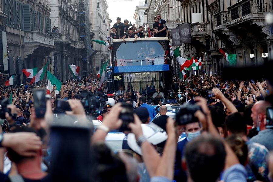 https: img.okezone.com content 2021 07 14 51 2440667 parade-juara-piala-eropa-2020-italia-bikin-masalah-pejabat-kota-roma-marah-D1tvG0RglH.jpg