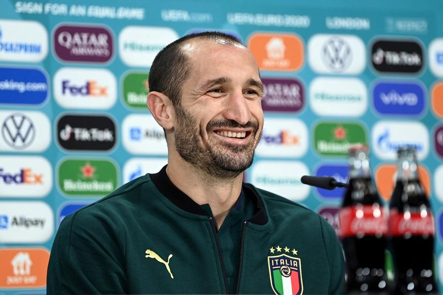 https: img.okezone.com content 2021 07 14 51 2440771 giorgio-chiellini-bawa-italia-juara-piala-eropa-2020-bruno-fernandes-pemain-fenomenal-yYiRPmMhod.jpg