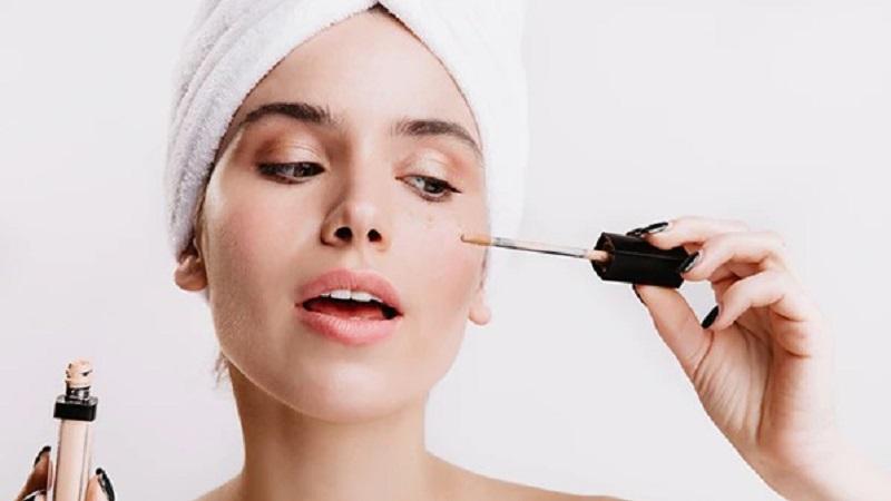 https: img.okezone.com content 2021 07 14 611 2440621 tips-makeup-gunakan-concealer-bisa-tutupi-jerawat-di-wajah-lho-iDw0RVMtD0.jpg