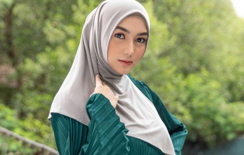 https: img.okezone.com content 2021 07 14 620 2440705 citra-kirana-ungkap-suka-duka-pakai-hijab-KhmdM0y3Qb.jpg