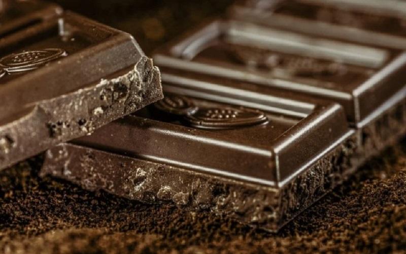https: img.okezone.com content 2021 07 15 298 2441197 5-manfaat-makan-cokelat-hitam-cocok-dikonsumsi-saat-pandemi-lHBkh7hDtj.jpg