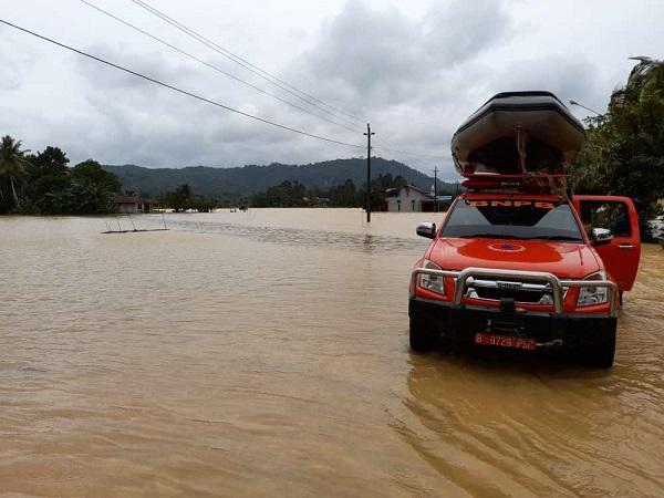 https: img.okezone.com content 2021 07 15 340 2441035 banjir-di-mempawah-kalbar-674-rumah-terendam-PY74rhUyBY.jpg