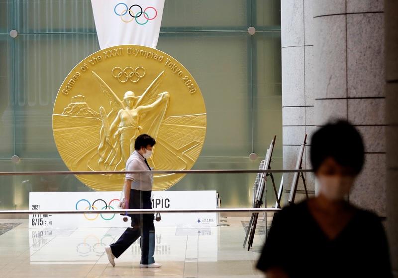 https: img.okezone.com content 2021 07 15 43 2440925 gara-gara-pandemi-covid-19-pemenang-olimpiade-tokyo-2020-harus-kalungkan-medali-sendiri-sb05BP0J9P.jpg
