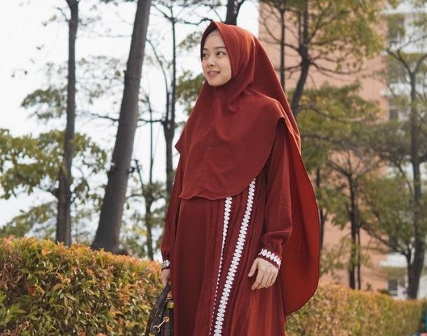 https: img.okezone.com content 2021 07 15 617 2440992 gaya-hijab-syari-nan-cantik-ala-lindswell-kwok-ratu-wushu-yang-putuskan-mualaf-eP1dVydI5h.jpg