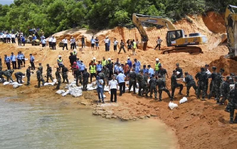 https: img.okezone.com content 2021 07 16 18 2441590 pencarian-putus-asa-untuk-temukan-14-pekerja-yang-terjebak-di-terowongan-yang-banjir-KLUAhqAB9D.jpg