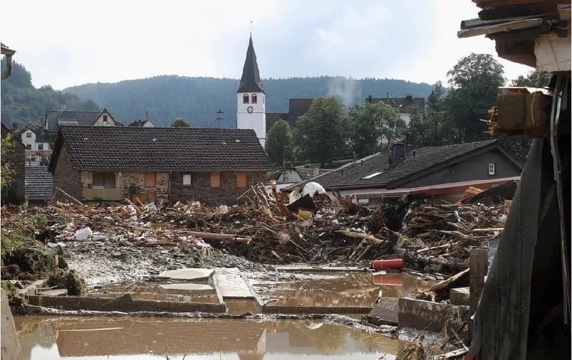 https: img.okezone.com content 2021 07 16 18 2441723 banjir-terparah-80-tewas-ratusan-orang-hilang-gNOQTCZEac.jpg