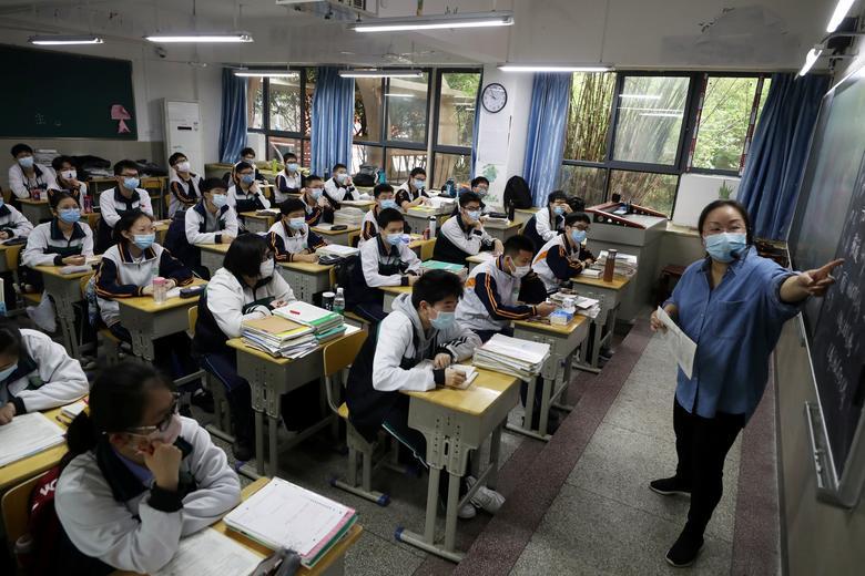 https: img.okezone.com content 2021 07 16 18 2441779 siswa-boleh-masuk-sekolah-jika-satu-keluarga-sudah-divaksin-covid-19-M7KuKE19HX.jpg