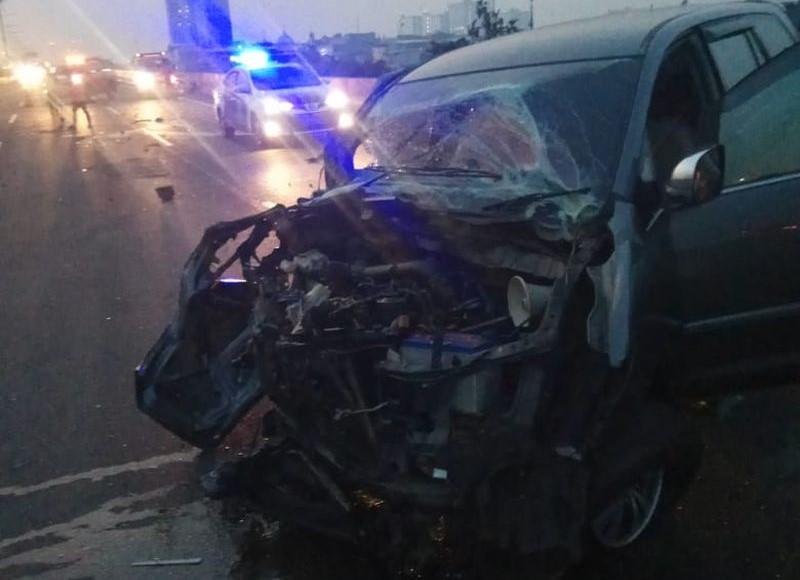 https: img.okezone.com content 2021 07 16 338 2441460 kecelakaan-di-tol-ancol-mobil-innova-ringsek-dan-sopir-truk-kabur-Fw8fZ0G4Lv.jpg