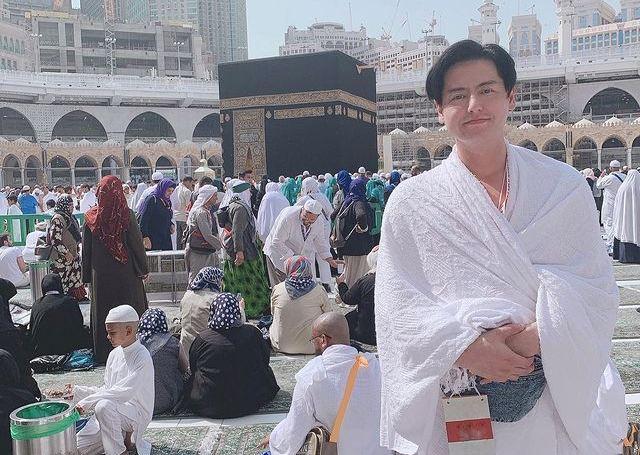 https: img.okezone.com content 2021 07 16 614 2441773 pengalaman-roger-danuarta-pertama-kali-ke-makkah-sujud-sambil-menangis-11cwYqfE7E.jpg