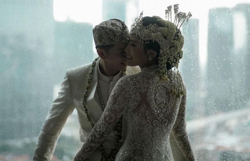 https: img.okezone.com content 2021 07 16 620 2441718 alika-islamadina-menikah-sang-ayah-ciptakan-lagu-akulah-cinta-pertamamu-WnKR8suZ2j.jpg