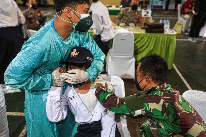https: img.okezone.com content 2021 07 16 65 2441527 34-682-siswa-diproyeksikan-dapat-vaksinasi-covid-19-secara-bertahap-W6muspE6RR.jpg