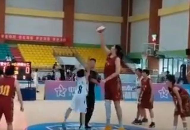 https: img.okezone.com content 2021 07 17 36 2442133 zhang-ziyu-pebasket-putri-berusia-14-tahun-dengan-tinggi-badan-2-26-meter-UGwbtMeYvU.JPG