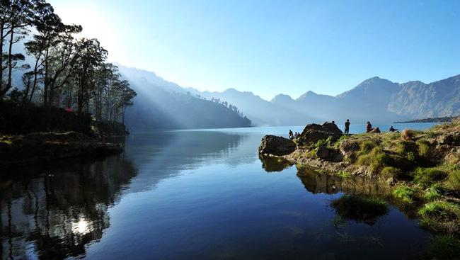 https: img.okezone.com content 2021 07 17 408 2442280 3-danau-cantik-di-atas-gunung-indonesia-pesonanya-bak-kepingan-surga-4zKW3M3TKH.jpg
