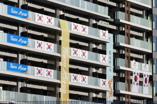 https: img.okezone.com content 2021 07 17 43 2442289 mengandung-konflik-dengan-jepang-spanduk-tim-korea-selatan-di-kampung-atlet-olimpiade-tokyo-2020-fZ1wGEYAKA.jpg