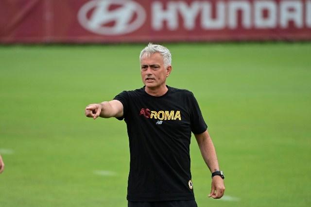 https: img.okezone.com content 2021 07 17 47 2441984 chris-smalling-berharap-jose-mourinho-hadirkan-perubahan-positif-untuk-as-roma-Nw5d7R5bXj.jpg