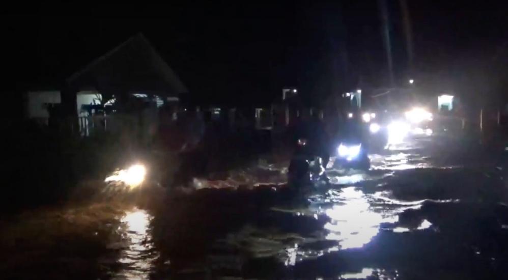 https: img.okezone.com content 2021 07 17 609 2442014 banjir-kepung-dua-desa-di-luwu-sulsel-seorang-pengendara-nyaris-terseret-gVwykN9sJ6.jpg