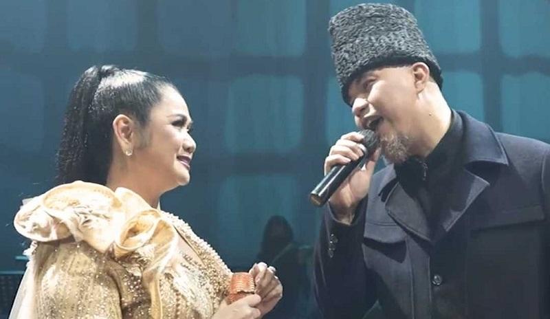 https: img.okezone.com content 2021 07 18 205 2442593 konser-dewa-19-duet-ciamik-bersama-yura-yunita-hingga-vina-panduwinata-YTnvwlvvY9.jpg