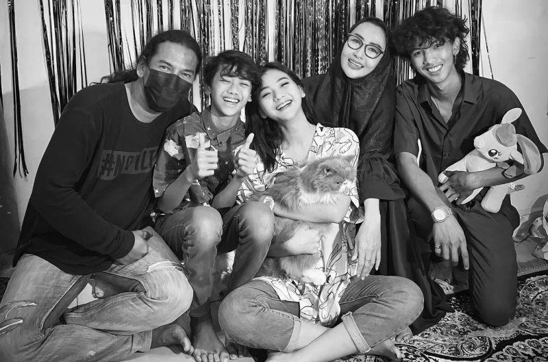 https: img.okezone.com content 2021 07 19 33 2442795 glenca-chysara-update-foto-keluarga-bahagia-netizen-papanya-ganteng-l7ajoimYhR.jpg