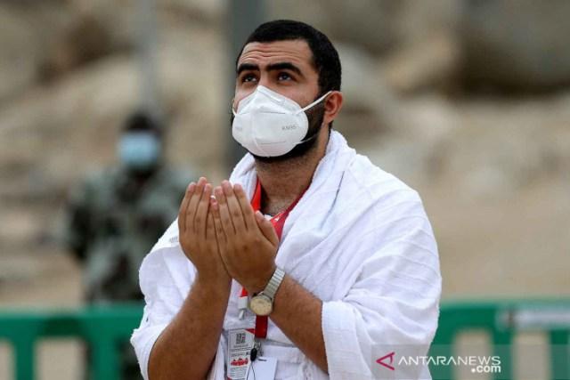 https: img.okezone.com content 2021 07 19 614 2443011 wukuf-di-arafah-jamaah-haji-berdoa-pandemi-segera-berakhir-htAE9wSNAa.jpg