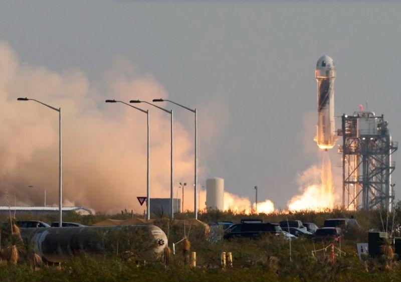 https: img.okezone.com content 2021 07 20 18 2443467 jeff-bezos-orang-terkaya-di-dunia-lakukan-perjalanan-luar-angkasa-perdana-lhPwaKQajH.jpg