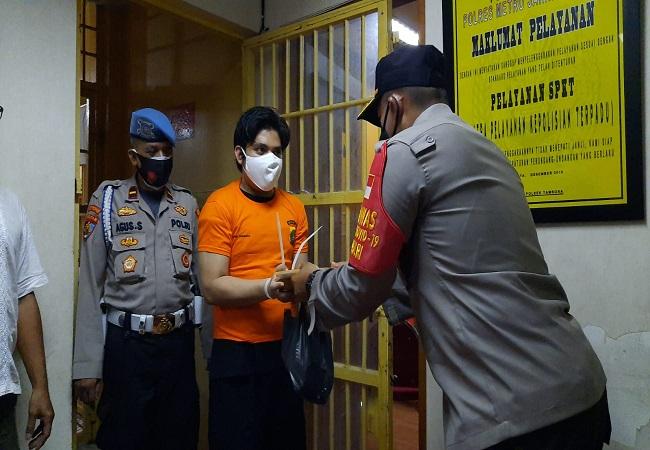 https: img.okezone.com content 2021 07 20 338 2443505 puluhan-tahanan-di-polsek-tambora-jakarta-barat-dapat-bantuan-daging-kurban-siap-saji-jNrvVo568k.jpg
