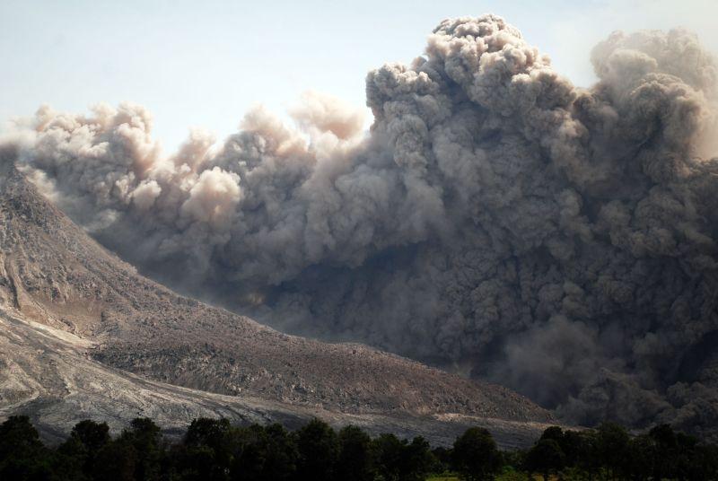 https: img.okezone.com content 2021 07 20 340 2443191 gunung-sinabung-kembali-erupsi-tinggi-letusan-capai-1-000-meter-E36FBclXxd.jpg