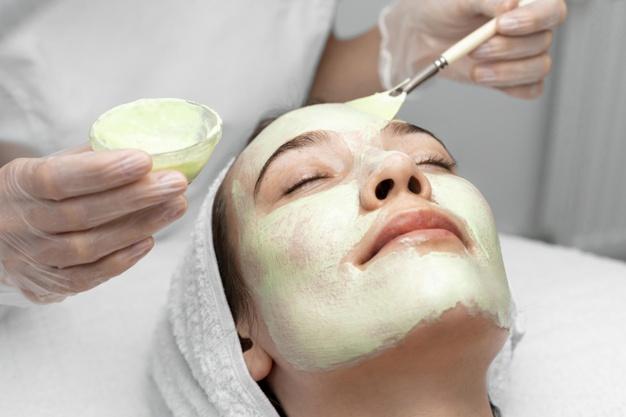 https: img.okezone.com content 2021 07 20 611 2443377 beautypedia-mengenal-manfaat-masker-tomat-untuk-kecantikan-zzsPo6oNWe.jpg