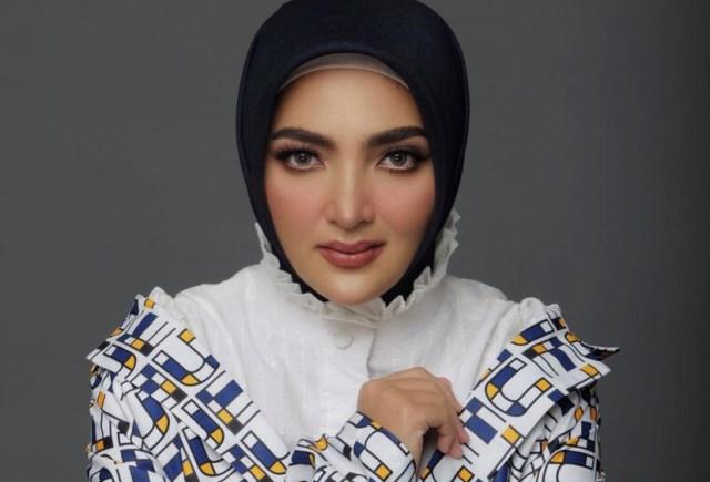 https: img.okezone.com content 2021 07 20 617 2443412 5-gaya-hijab-modis-artis-rayakan-idul-adha-ashanty-hingga-lesti-bikin-pangling-6ToLH1Volz.jpg