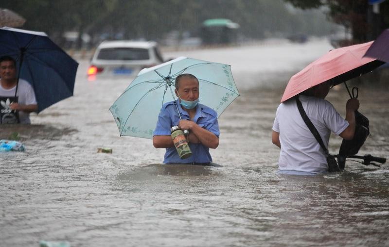https: img.okezone.com content 2021 07 21 18 2443772 diguyur-hujan-terparah-dalam-1-000-tahun-china-tengah-kebanjiran-RhgZesB9OZ.JPG