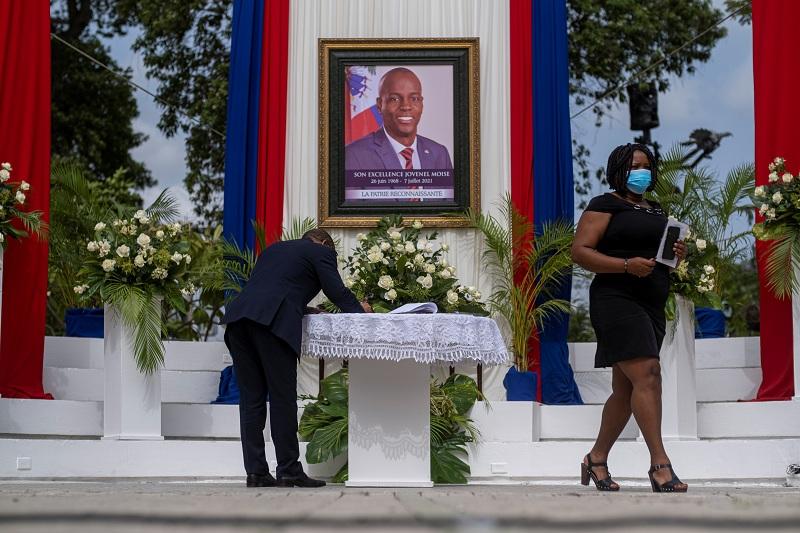 https: img.okezone.com content 2021 07 21 18 2443830 tewas-dibunuh-presiden-haiti-jovenel-moise-dimakamkan-WEVo7nQyB2.JPG