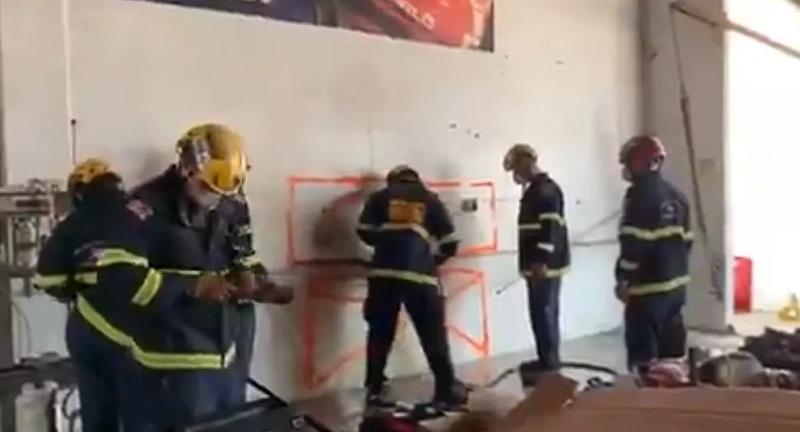 https: img.okezone.com content 2021 07 21 18 2443914 wanita-tanpa-busana-ditemukan-terjepit-di-antara-dua-gedung-buat-penyelamat-kebingungan-T1QDkTYddB.jpg