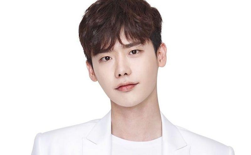 https: img.okezone.com content 2021 07 21 206 2443924 5-artis-korea-ganteng-selalu-bikin-kaum-hawa-bertekuk-lutut-7sTcItOg3N.jpg