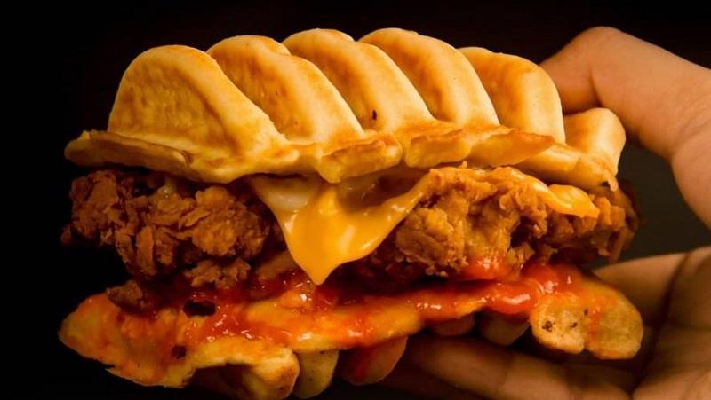 https: img.okezone.com content 2021 07 21 298 2443745 kue-pancong-topping-fried-chicken-kuliner-kekinian-yang-patut-dicoba-nih-ro2MNJhsbI.jpg