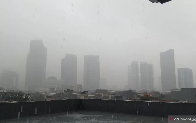 https: img.okezone.com content 2021 07 21 338 2443573 bmkg-potensi-hujan-dengan-kilat-dan-angin-kencang-di-jakarta-timur-dan-selatan-rwxnxAqoF6.jpg