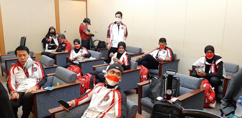 https: img.okezone.com content 2021 07 21 43 2443925 kloter-ketiga-atlet-olimpiade-indonesia-tiba-dengan-selamat-di-tokyo-negatif-covid-19-jD6pgAqMTn.jpg