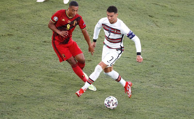 https: img.okezone.com content 2021 07 21 51 2443635 3-teknik-dribbling-sepak-bola-dan-cara-melakukannya-OhtS5UQf8j.jpg