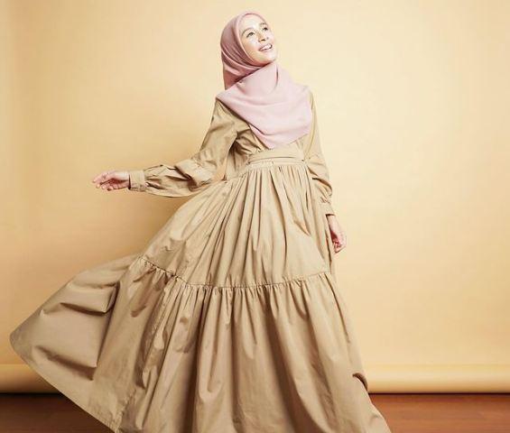 https: img.okezone.com content 2021 07 21 617 2443784 5-gaya-hijab-syari-laudya-cynthia-bella-full-pastel-hingga-formal-look-jb6D2JMEtD.jpg