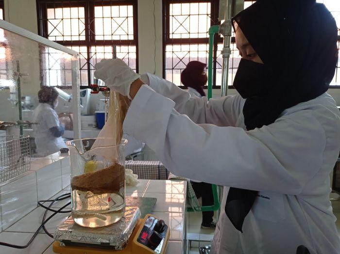 https: img.okezone.com content 2021 07 21 65 2443897 mahasiswa-unair-ciptakan-masker-antibakteri-dan-antivirus-dari-limbah-udang-IunMpwQn6O.jpg